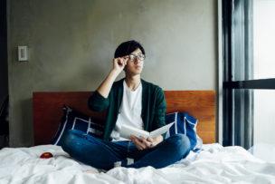 考え事をしている眼鏡の男性