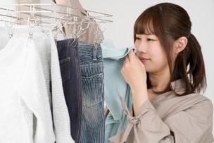 洗濯物のにおいを気にする女性