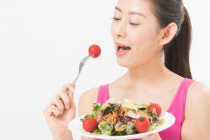ヘルシーなサラダを食べる女性
