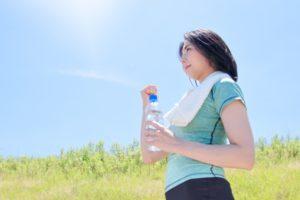 運動後水分補給をする女性
