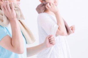 汗をかく女性たち